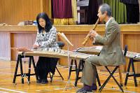 小学校で演奏を披露する「箏・尺八デュオ ゆるりら」=和歌山市楠本の市立川永小学校で、成田有佳撮影