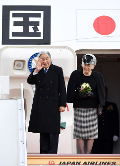 Emperor Akihito and Empress Michiko leave for Vietnam for the first time from Tokyo's Haneda Airport on Feb. 28, 2017. (Mainichi)