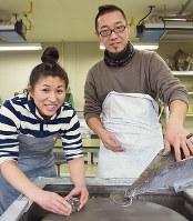 ガラス作家の岩坂卓さん(右)と北村三彩さん夫妻=富山市古沢の富山ガラス工房で、青山郁子撮影