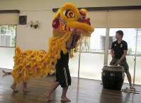 Children who were born in Japan to refugees practice a Vietnamese lion dance in Himeji, Hyogo Prefecture, in this July 2016 file photo. (Mainichi)