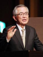 21世紀フォーラムで講演する日立製作所の川村隆名誉会長=大阪市北区で2017年3月2日、梅田麻衣子撮影