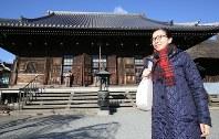『徒然草』ゆかりの称名寺を訪れる酒井順子さん=横浜市金沢区で、いずれも宮武祐希撮影
