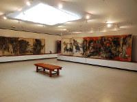 迫力ある「原爆の図」シリーズが並ぶ丸木美術館内=埼玉県東松山市下唐子で、青山郁子撮影