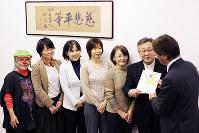 「小児がん制圧募金」を受け取る各団体の代表者ら=大阪市北区の毎日新聞大阪社会事業団事務所で、島田和也撮影