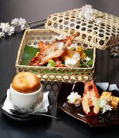 きょうの噺は「住吉駕籠」。写真手前右より卵の巻き焼き、エビの鬼殻焼き、イカのウニ焼き、雲龍焼き=梅田麻衣子撮影