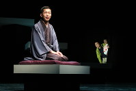 左から、柳家三三、盛隆二、安井順平=カメラマン、田中亜紀撮影