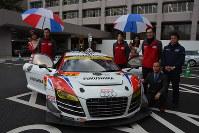 福島移転を発表した「Team TAISAN SARD」。レースカーにはアルファベットで「FUKUSHIMA」の文字=福島市杉妻町で