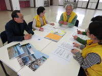 ASK総選挙の結果について話す「あいさいボランティアガイドの会」のメンバー。左端が荻野会長=愛西市で