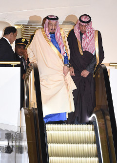 King Salman bin Abdulaziz of Saudi Arabia, center, is pictured upon his arrival at Haneda Airport on the evening of March 12, 2017. (Mainichi)