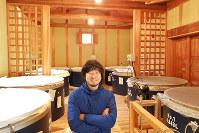 木をふんだんに用いた真新しい蔵に立つ蔵元の冨田泰伸さん=滋賀県長浜市の冨田酒造で、山本直撮影