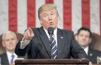 上下両院合同会議で演説するトランプ米大統領。物言いはおとなしかったが、「米国第一主義」は変わらなかった=ワシントンで2月28日、AP