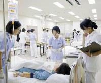 患者対応をシミュレーションする看護学部生。医療の高度化に伴い、学ぶ内容も多様化している=聖路加国際大学提供