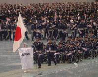 長野パラリンピックの開会式で入場行進する日本選手団。大会後に国も障害者スポーツ振興に向けて動き出した=長野市のエムウェーブで1998年3月5日、関口純撮影