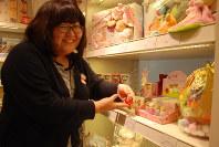 「気に入った香りを見つけてください」と話す販売員=東京都中央区銀座の三越銀座店で坂根真理撮影