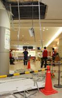 前震で崩れた熊本市民病院の待合スペースの天井=熊本市東区で、田畠広景撮影
