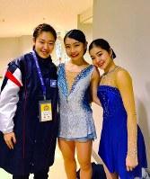 引退を迎えた武井美由季さん(左)と上野沙耶さん(右)と共に。中央が中塩美悠さん=中塩さん提供