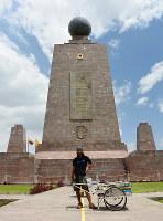 赤道記念碑前で南米大陸縦断ゴール。五大陸を歩ききった=エクアドルの首都キトで、吉田正仁さん提供