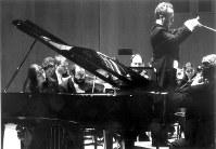 エマニュエル・クリヴィヌ指揮のヨーロッパ室内管弦楽団=横浜・みなとみらいホールで2000年10月(撮影・林喜代種氏)