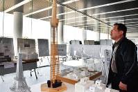 生徒らが作った模型や設計図に見入る来場者=奈良市の県立図書情報館で、日向梓撮影