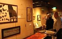 デザイン性に富んだ作品が展示されている葛岡さんの個展=札幌市中央区の喫茶いまぁじゆで