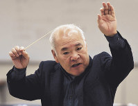 市立尼崎高校吹奏楽部の練習で指揮棒を振る羽地靖隆さん=兵庫県尼崎市で、三浦博之撮影