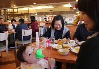 「4世代目だね」と孫娘に語りかける豊島さん家族=横浜市港南区の「デニーズ上大岡店」で