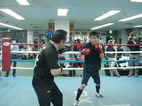 山下正人会長(左)を相手にミット打ちを行う久保隼=神戸市兵庫区の真正ジムで、来住哲司撮影