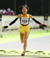 名古屋ウィメンズマラソンで日本勢トップの2位でフィニッシュし、初マラソンの日本記録を更新した安藤友香=名古屋市東区のナゴヤドームで2017年3月12日、兵藤公治撮影
