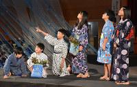 創作音楽劇を上演する余呉小の児童たち=滋賀県長浜市余呉町中之郷で、若本和夫撮影