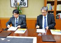 協定書に調印する和歌山大の瀧学長(左)と今村九段=同大で、矢倉健次撮影