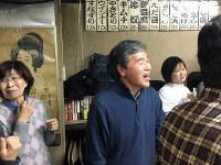 こばやしで熱唱する曽根勝一道さん(中央)。横で妻の重美さん(左)は苦笑い=大阪市此花区で2017年2月23日、松井宏員撮影