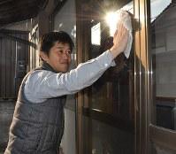 管理を任された空き家を手入れする吉田健太郎さん=滋賀県湖南市吉永で、村瀬優子撮影