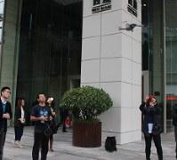 本社前でドローンを操縦するDJI社員=中国・深圳市で