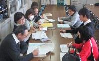 不登校リスクのある生徒を確認する富士見中学校の教諭ら=埼玉県熊谷市で、伊澤拓也撮影