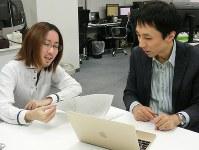 打ち合わせをする栢孝文社長(右)と花岡大樹さん=東京都大田区のシグナルトークで