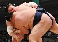 寄り切りで勢を降した照ノ富士(奥)=エディオンアリーナ大阪で2017年3月20日、小松雄介撮影