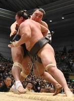 荒鷲(右)が寄り切りで日馬富士を破る=エディオンアリーナ大阪で2017年3月20日、小松雄介撮影
