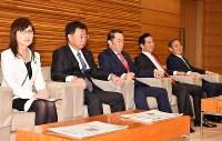 閣議に金田勝年法相(中央)。左端は稲田朋美防衛相=首相官邸で2017年3月21日午前8時31分、西本勝撮影