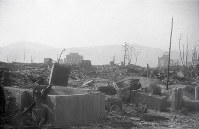 This photo taken by late Mainichi Shimbun reporter Yukio Kunihira shows the foundation of the destroyed Mainichi Shimbun Hiroshima bureau building. The structure on the left side in the background is the Fuel Hall, which is now the Rest House of Hiroshima Peace Memorial Park, and the structure on the right side is the Hiroshima Prefectural Industrial Promotion Hall, known now as the A-Bomb Dome. (Mainichi)
