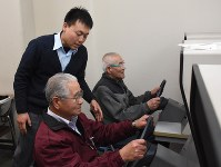 Elderly drivers' skills are checked at a driving school in Matsuyama in this file photo taken on Jan. 14, 2016. (Mainichi)
