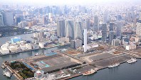 東京五輪選手村予定地と勝どき、月島、晴海など沿岸部の高層建築群=東京都中央区で2016年3月16日、山本晋撮影