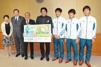 笑顔で記念撮影する青山学院大の原監督(中央)と選手ら