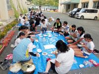 山村留学に興味がある地区外の児童生徒らと鞆渕小中学校の子供たちが学校で交流する「山村留学キャンプ」=和歌山県紀の川市で2016年7月、同校提供