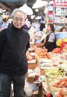 大阪・鶴橋を憂いを帯びた表情で歩く金時鐘さん。「平和が続けばええがなあ」=大西岳彦撮影