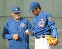 ブルペンでボシオ投手コーチ(左)と話をしながら練習を進める=共同