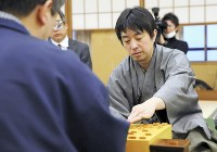 感想戦で対局を振り返る久保利明新王将(右)=浜松市で15日、小川昌宏撮影