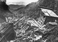 地滑りを起こした土石でつぶされた旅館=長野県王滝村で1984年9月19日