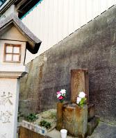 美章園の駅員が建立した「遭難供養之碑」=大阪市阿倍野区で、松井宏員撮影