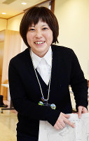 妻木晩田遺跡を発掘する長尾かおりさん=鳥取県立むきばんだ史跡公園で、小松原弘人撮影