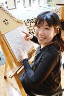 チェンバリーハープを奏でる木下加寿子さん=和歌山県橋本市で、松野和生撮影